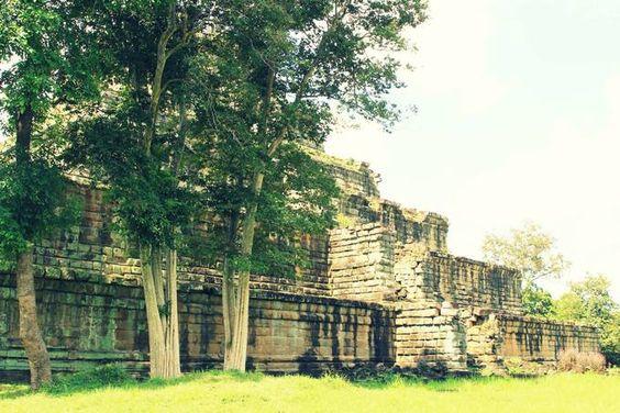 Những thành, chùa rêu phong, bạc màu theo thời gian