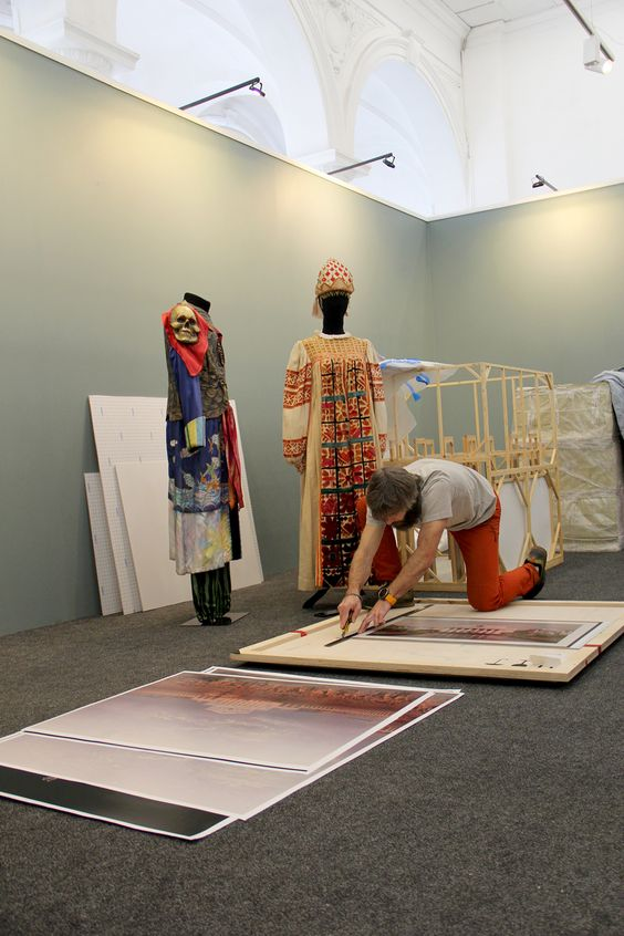 Монтаж выставки в Музее изобразительных искусств в Калининграде. Фото Жени Шведы