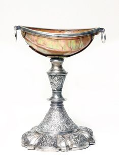 TAÇA COM PÉ Concha turbo marmoratus e prata Guzarate, Índia, séc. XVI / XVII Dim.: 20,5 cm