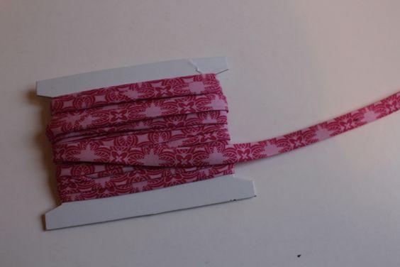 Avec un carré de tissu de 40 cm de côté, voici comment confectionner un biais de 4 mètres de long. Idéal si on veut customiser de façon originale et inédite ou assortir parfaitement ses imprimés ... Démo en image : fabriquer 4 m de biais maison couper...