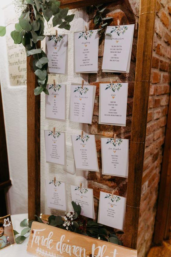 Sitzplan DIY für Hochzeit, Sitzplan selber machen Hochzeit #sitzplan #tischplan #hochzeit #diy #selbermachen Eine Herbsthochzeit auf dem Land | Hochzeitsblog The Little Wedding Corner