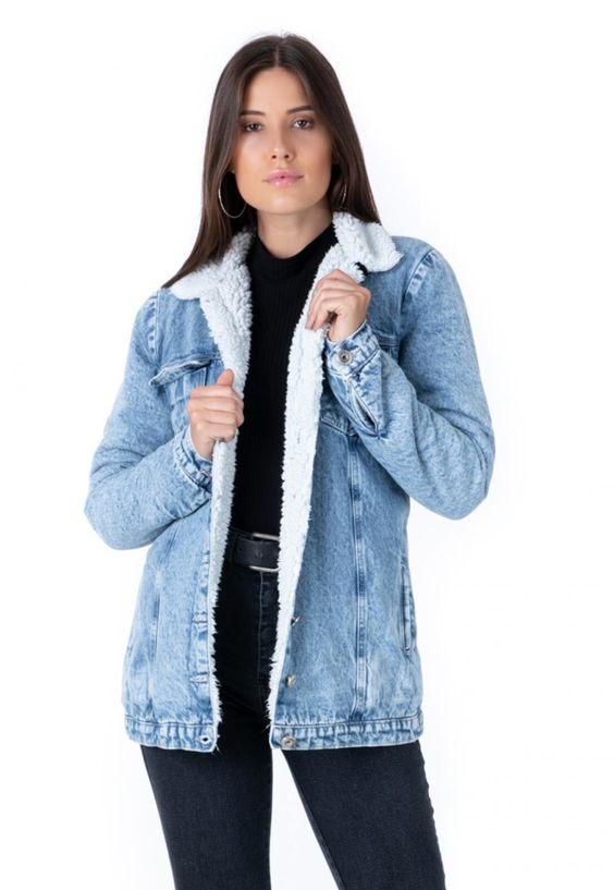 A jaqueta jeans PKD alongada possui forro de pelo por toda a parte interna, inclusive nas mangas. O fechamento é através de botões e a peça possui bolsos frontais. A modelagem é soltinha.A peça é feita em jeans sem elastano, com lavação clara levemente manchada.Confeccionada em 100%algodão e forro de pelo em 100%poliéster.Medidas da peça (peça ampla)PP Busto 92cm / Cintura 92cm / Comprimento 69cm / Mangas 63cmP Busto 96cm / Cintura 96cm / Comprimento 70cm / Mangas 64cmM Busto 102cm / Cintura 102