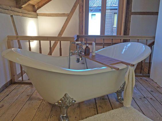 wunderschönes badezimmer in einem fachwerkhaus. die freistehende