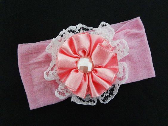Faixinha para bebe feita com meia de seda, renda e flor de cetim. R$ 9,80
