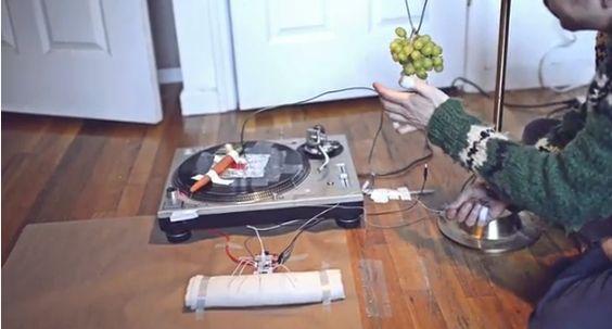 Los vegetales tienen alma, y al parecer música. Este artista logró sintonizar la melodía interna de diferentes frutas y vegetales para deleitar nuestros oídos con este excelente tema. ¡Alucinante!