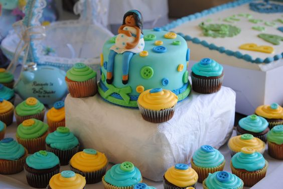 Cute button cupcakes and cake for babyshower <3