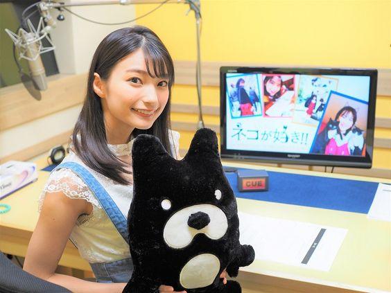 猫のぬいぐるみと高野麻里佳さん