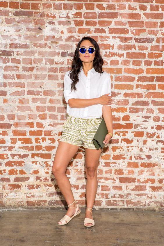 Pin for Later: Weiße Blusen sind ganz und gar nicht bieder! Look 5: Mit Shorts für einen warmen Sommertag Produkte: Banana Republic Top, Zara Shorts, Bar III Schuhe, Tasche von Valextra, ISkagen Uhr, Yuwei Kette, Etnia Barcelona Sonnenbrille