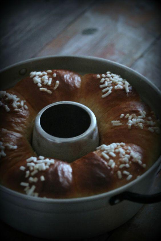 ingredienti: 500g di farina 0 110g di zucchero vanigliato 10g di lievito di birra 200g di latte 2 uova + un tuorlo per spennellare una presa di sale 2 cucchiaini di miele 80g di burro