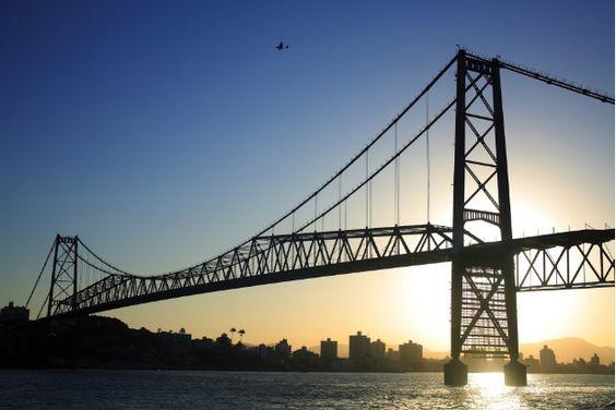 Ponte Hercílio Luz: faz a ligação da ilha com o continente. Florianópolis (SC):