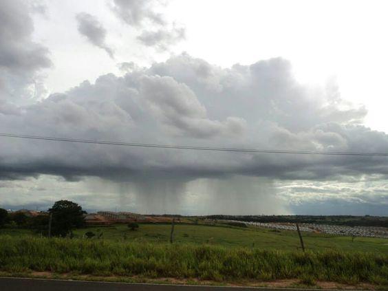 Linda nuvem com chuva