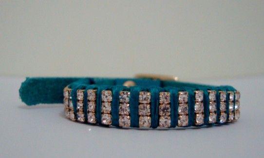 Pulseira de couro azul claro com ponto simples e três strass