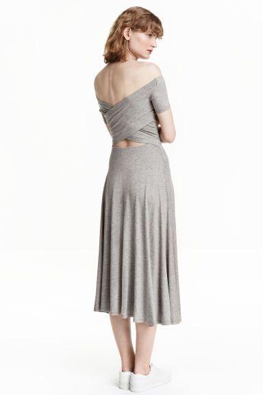 Vestido de ombros descobertos: Vestido pelo meio da perna em jersey. Modelo com ombros descobertos, mangas curtas, traçado nas costas e corte e elástico na cintura.