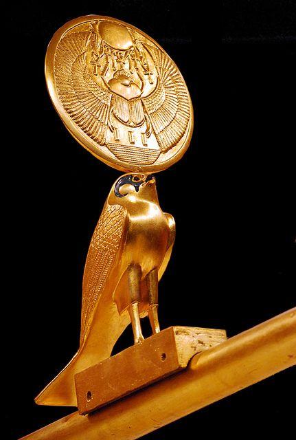 Détail du char d'apparat. Le faucon Horus porte le disque solaire sur lequel est gravé le scarabée ailé, symbole du soleil levant et de la résurrection et d'un soleil de type amarnien donneur de vie (hiéroglyphe : la clé de vie)