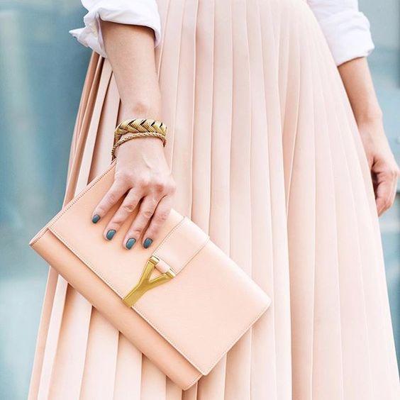 Details 👛👛👛 bolsa @ysl + saia @barbaracasasola + pulseiras vintage + esmalte Get Lucky da @deborahlippmann {📷 @annaberthier}