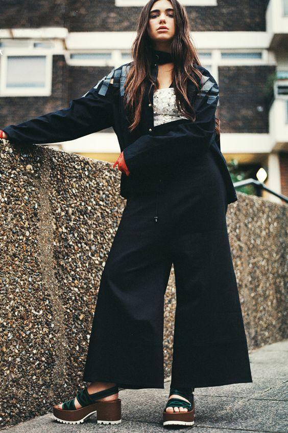 Dua Lipa usa calça pantalona com maxi jaqueta