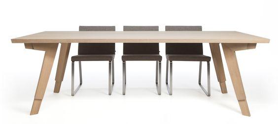 SWAN - Marc van der Voorn.   Bij deze tafel heb ik geprobeerd de suggestie van beweging te gevangen in de poten.  De Swan is met recht een ambachtelijke eettafel (massief Europees Eiken).  www.marcvandervoorn.nl