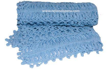 Cobija o manta tejida en horquilla con bordes de piñas tejidos a crochet