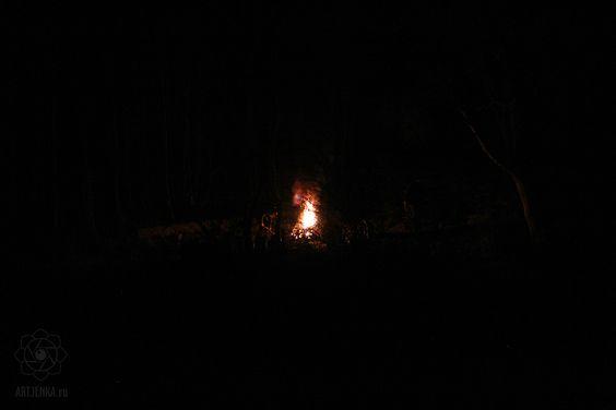Костер в ночном лесу