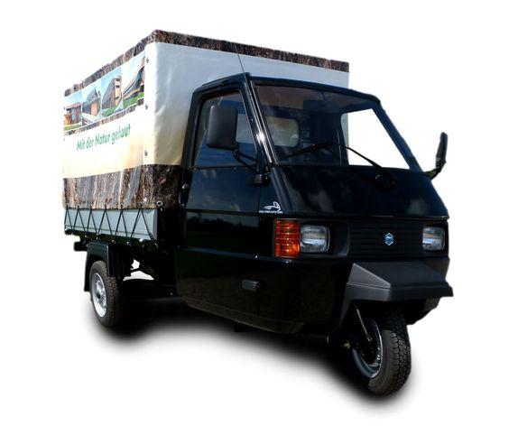 Werbefahrzeug mit Planenaufbau mit digitaler Bedruckung auf Basis einer Piaggio Ape TM 703.