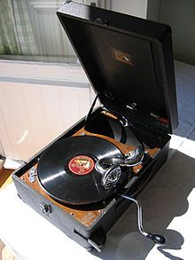 photo: un gramophone protable