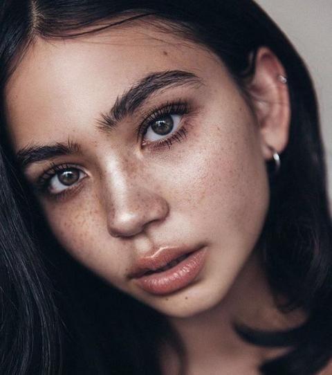 La tendance est aux sourcils fournis et de nombreuses femmes les gardent au naturel. A condition bien sûr, d'avoir une forme de sourcils bien structurée !