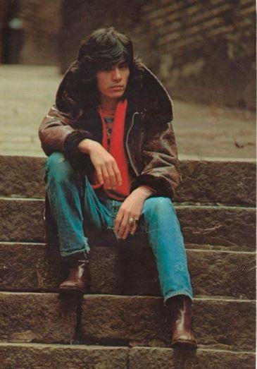 石段に座る若い頃・昔の西城秀樹