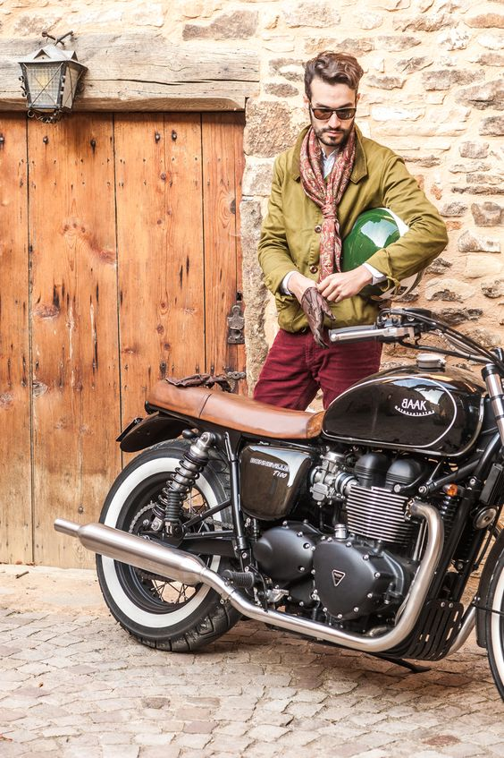 David Helmet, Leather gloves, sunglasses... Ready to go for a Ride with our Classic Triumph Bonneville #Bonnie