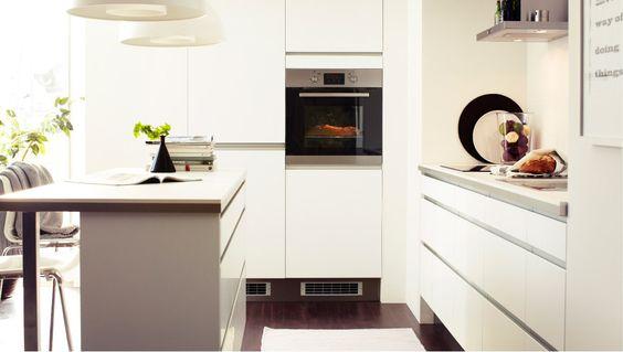 Hell und einheitlich; Küche mit FAKTUM Hoch- + Unterschränken - küchen unterschrank schubladen