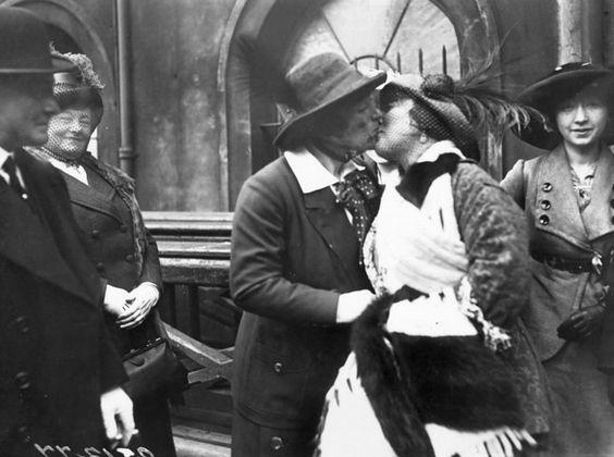 A artista britânica Marie Lloyd abraça Claire Roumaine, na Estação Paddington, no retorno de Claire da Austrália. Abril de 1913.