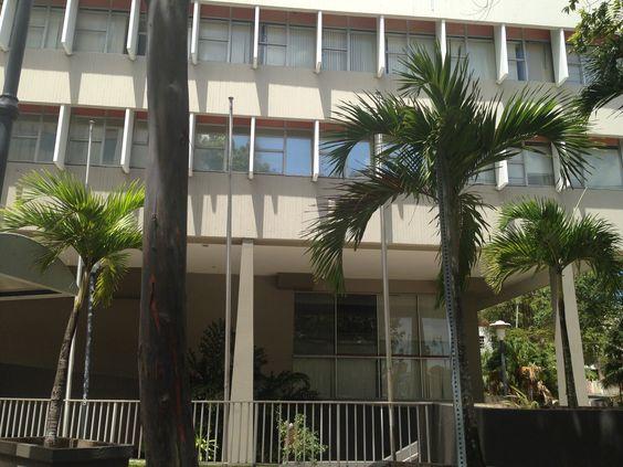 Edificio Cobians Plaza, Ave. Juan Ponce De León. AL no ser un dia laborable se encuentran las asta sin las baderas.