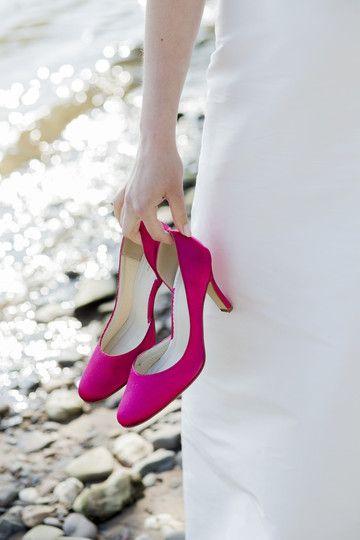 brautschuh emma in pink gefärbt, passend zum hochzeitskleid mit rot- pinkem gürtelin der taille