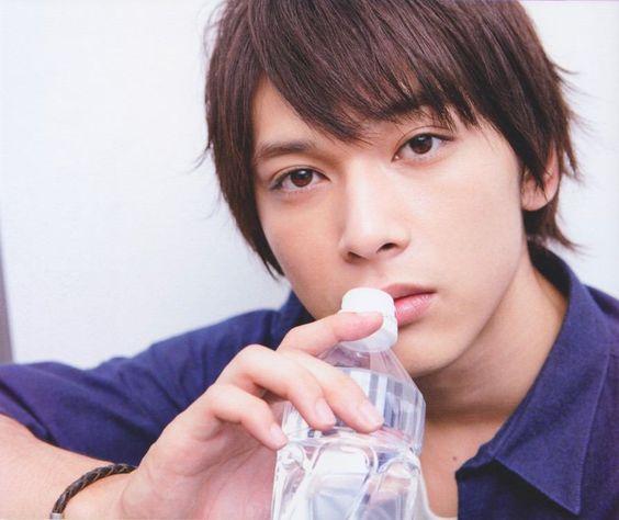 水を飲む吉沢亮