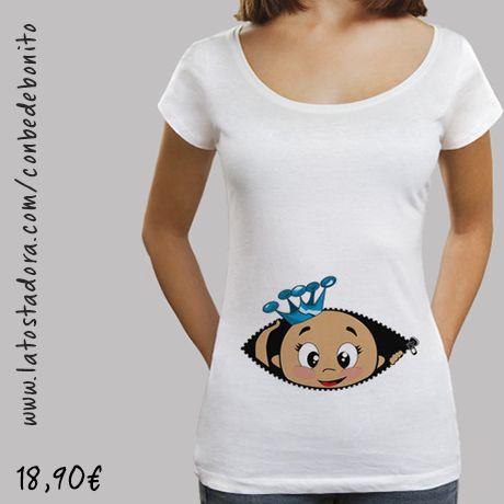 https://www.latostadora.com/conbedebonito/camiseta_cucu_bebe_asomando_corona_azul_cuello_ancho_38_loose_fit_blanca/1421543