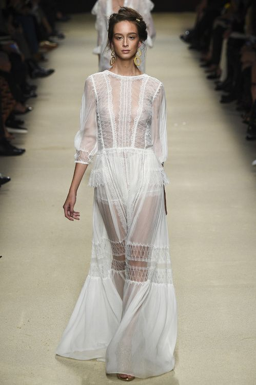 robe de mariée boheme dentelle boho Alberta Ferretti printemps-été 2016  http://www.vogue.fr/mariage/inspirations/diaporama/les-robes-de-marie-de-la-fashion-week-printemps-t-2016-robes-blanches/23032#le-dfil-alberta-ferretti-printemps-t-2016