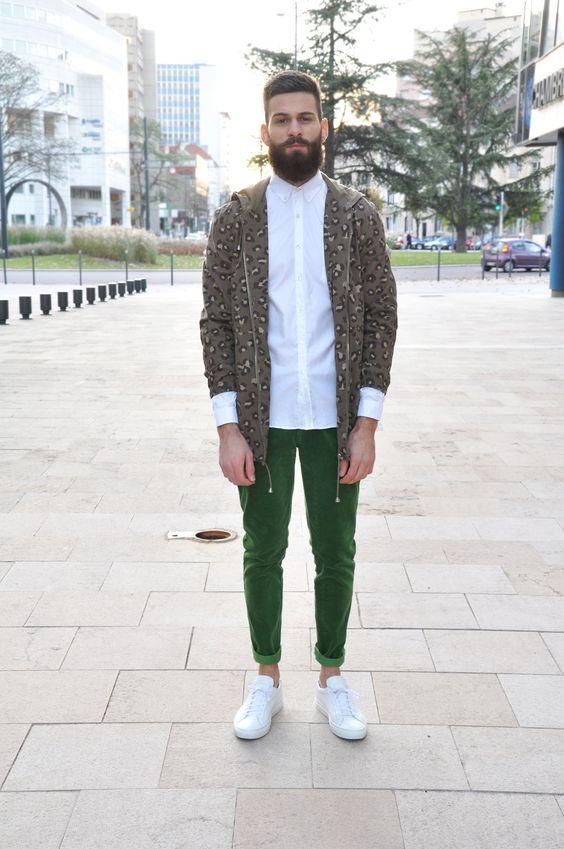 グリーンパンツ×白シャツ×ヒョウ柄パーカー