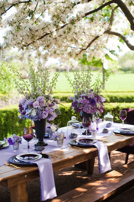 Decoração em lilás, branco e verde para um #casamento ao ar livre.