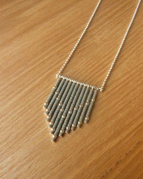 -Chaine à billes et composants en argent (Argent 925/1000)   -Petites perles de verre japonaises  -Petites perles en argent    Couleur: Gris     _+...