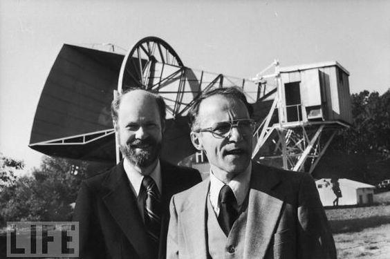 Se llamaban Arno Penzias y Robert Wilson. En 1965 estaban intentando utilizar la gran antena de comunicaciones propiedad de Laboratorios Bell de Holmdel pero habia un ruido de fondo persistente que no les dejaba en paz, un silbido constante y agobiante que hacia imposible el trabajo expèrimental. El ruido era continuo y difuso. UBHDCT