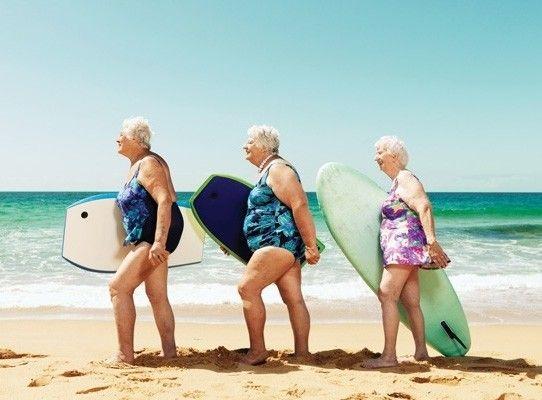 Carte double humour anglais disponible sur www.lelapindargil... funny old ladies, surf