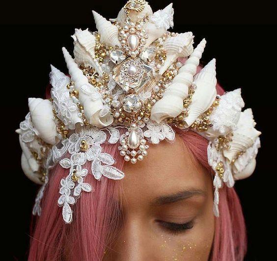 Chelsea Shiels, une fleuriste de 27 ans de Melbourne, en Australie, faisait des couronnes de fleurs jusqu'au moment où elle a eu l'idée de faire des couronnes de coquillages.