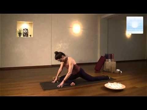 ▶ Le yoga du soir avec Femina - YouTube : A pratiquer à la fin d'une longue journée, ce cours emploie surtout des postures d'inversions simples. Ces positions d'inversions ou la tête est en dessous du cœur calment la circulation et apaisent le système nerveux. C'est une bonne routine avant d'aller se coucher qui aide à trouver un sommeil plus profond.