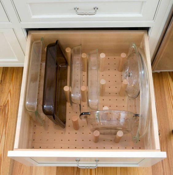 Com uma placa perfurada e alguns pinos você pode fazer uma divisória prática para organizar todas as gavetas da cozinha, dos potes plásticos à louça