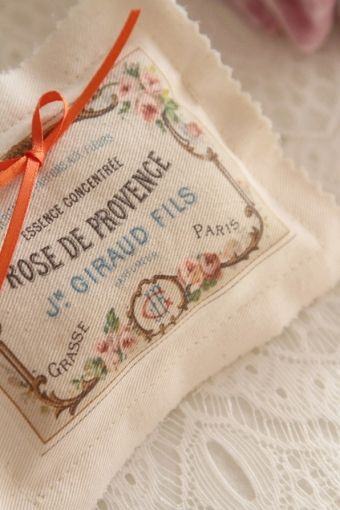 coussin alliance image de provence  http://atmospheremariages.fr/512-2127-thickbox/coussin-alliances-accessoire-mariage.jpg