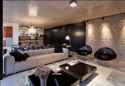 Espaço amplo com uso de mosaico português marcando a decoração. (projeto de Estela Netto)
