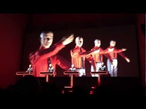 Religion und Musik: Kraftwerk spielen in der Berliner Neuen Nationalgalerie   traveLink