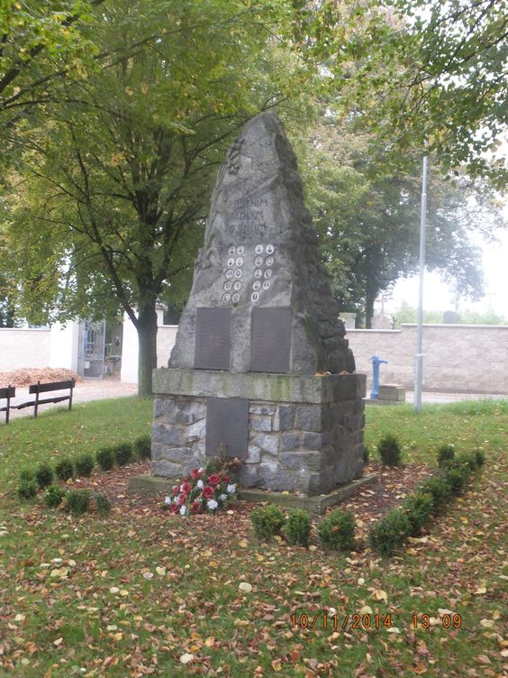 Hay el monumento de los soldados caídos.