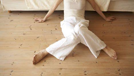 Schoenen aan de kant: waarom je binnenshuis op blote voeten moet - HLN.be
