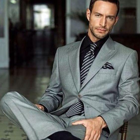 O terno cinza médio pode ficar bom com o fundo escuro da camisa, mas evite esse tipo de combinação em casamentos, uma ocasião festiva pede uma camisa bem clara e uma bela gravata para arrematar. #moda #fashion #ternos #suits:
