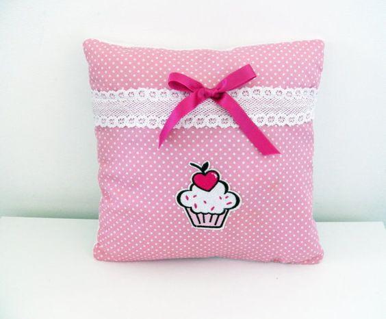 Coussin cupcake en coton rose à pois et par Sandylloncreation